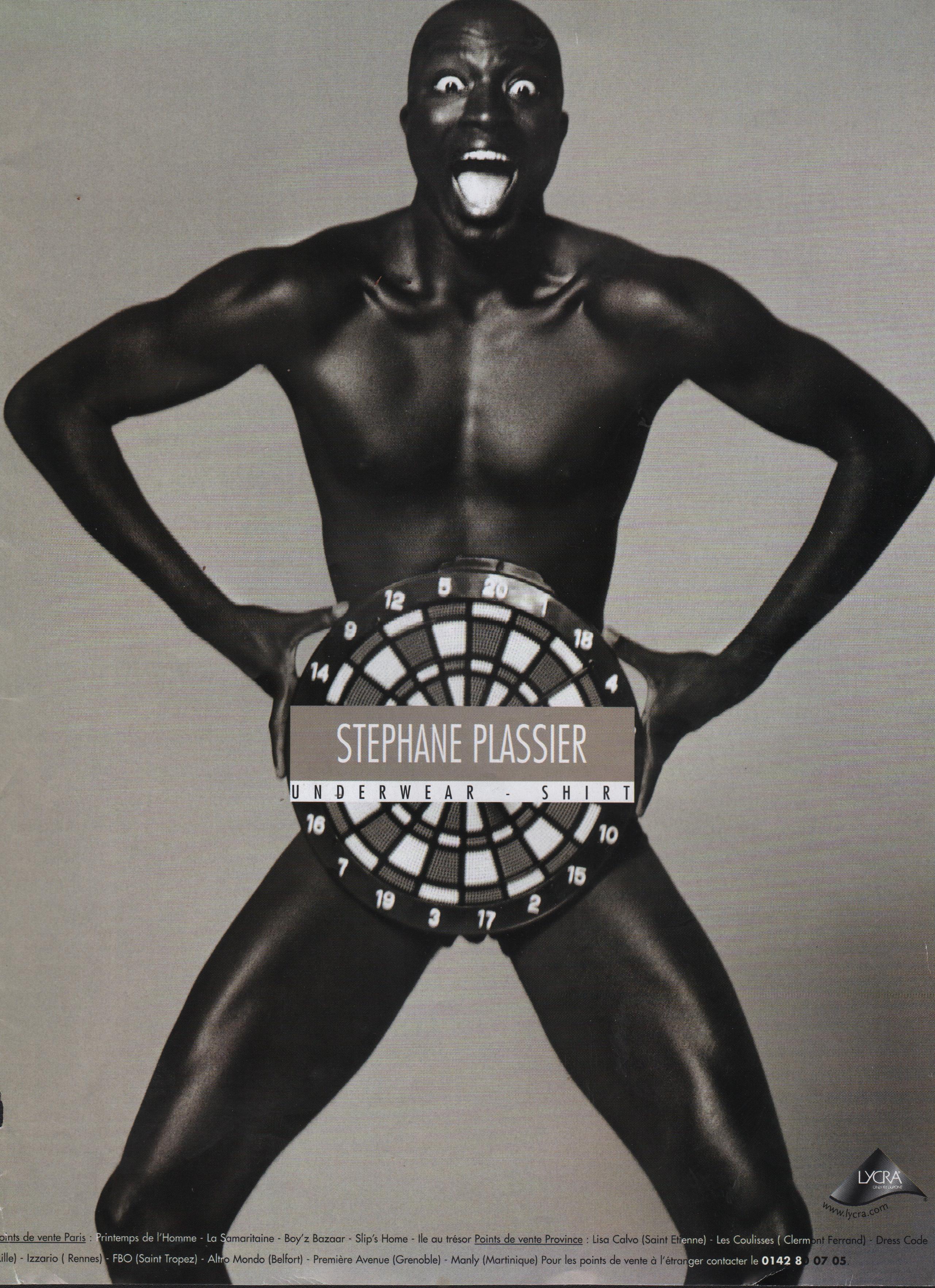 homme-nb-afro-joyeux-publicite